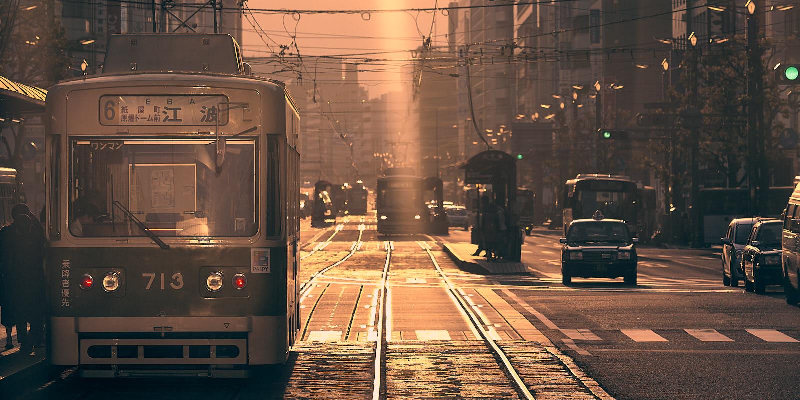 Le tramway d'Hiroshima au coucher de soleil
